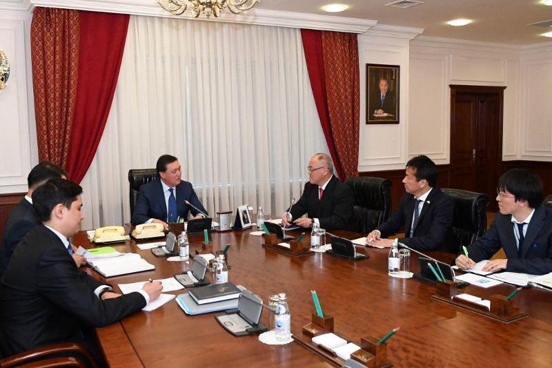 政府总理会见日本驻哈大使