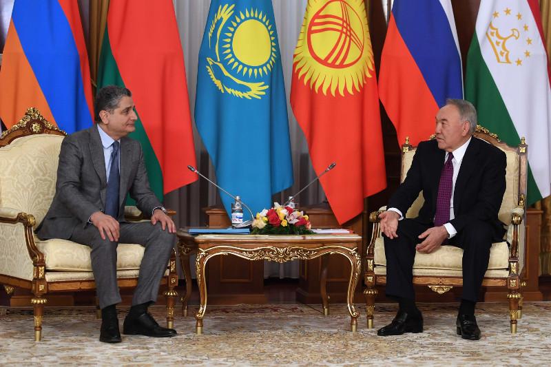 首任总统与季格兰•萨尔基相讨论欧亚经济联盟发展前景