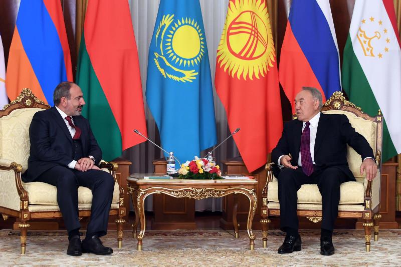 首任总统纳扎尔巴耶夫会见亚美尼亚总理