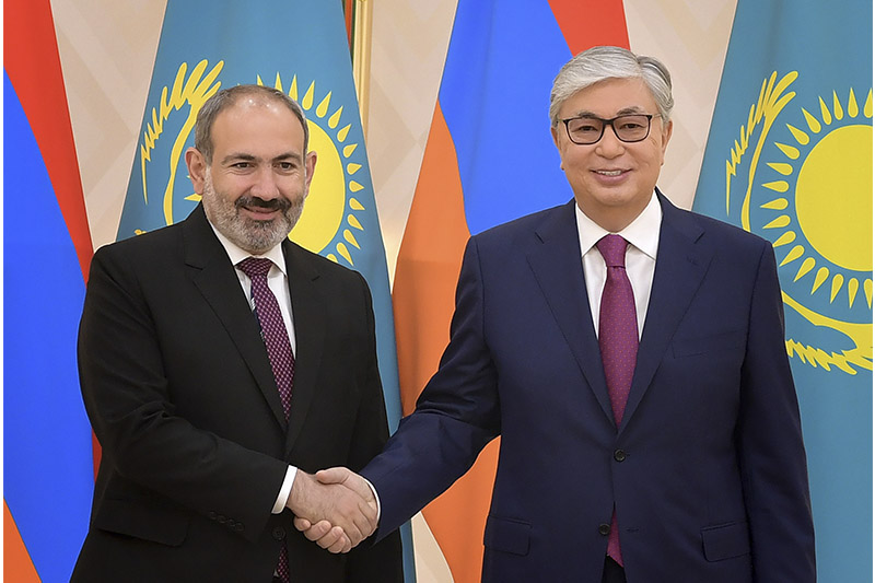 托卡耶夫总统会见亚美尼亚总理帕希尼扬