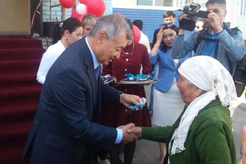 45 многодетным семьям вручили ключи от квартир в Семее