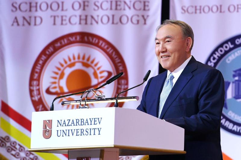 首任总统出席纳扎尔巴耶夫大学毕业典礼