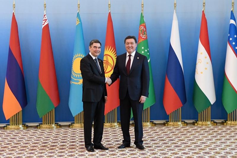 政府总理马明同土库曼斯坦总统别尔德穆哈梅多夫举行会晤