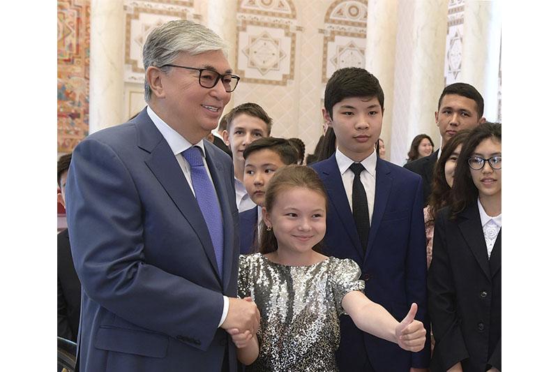 托卡耶夫在总统府接见优秀学生代表