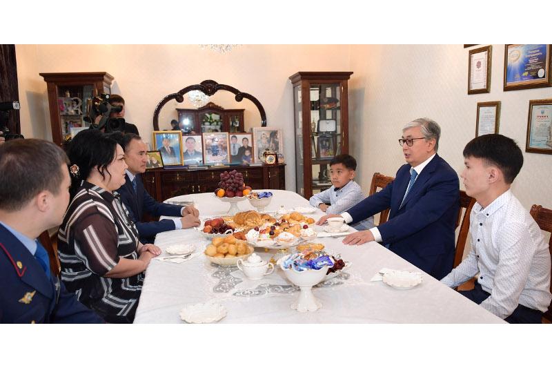 托卡耶夫总统拜访烈士家庭