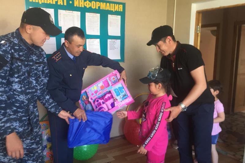 Қарағандылық полицейлер көпбалалы отбасыларға көмек көрсетті