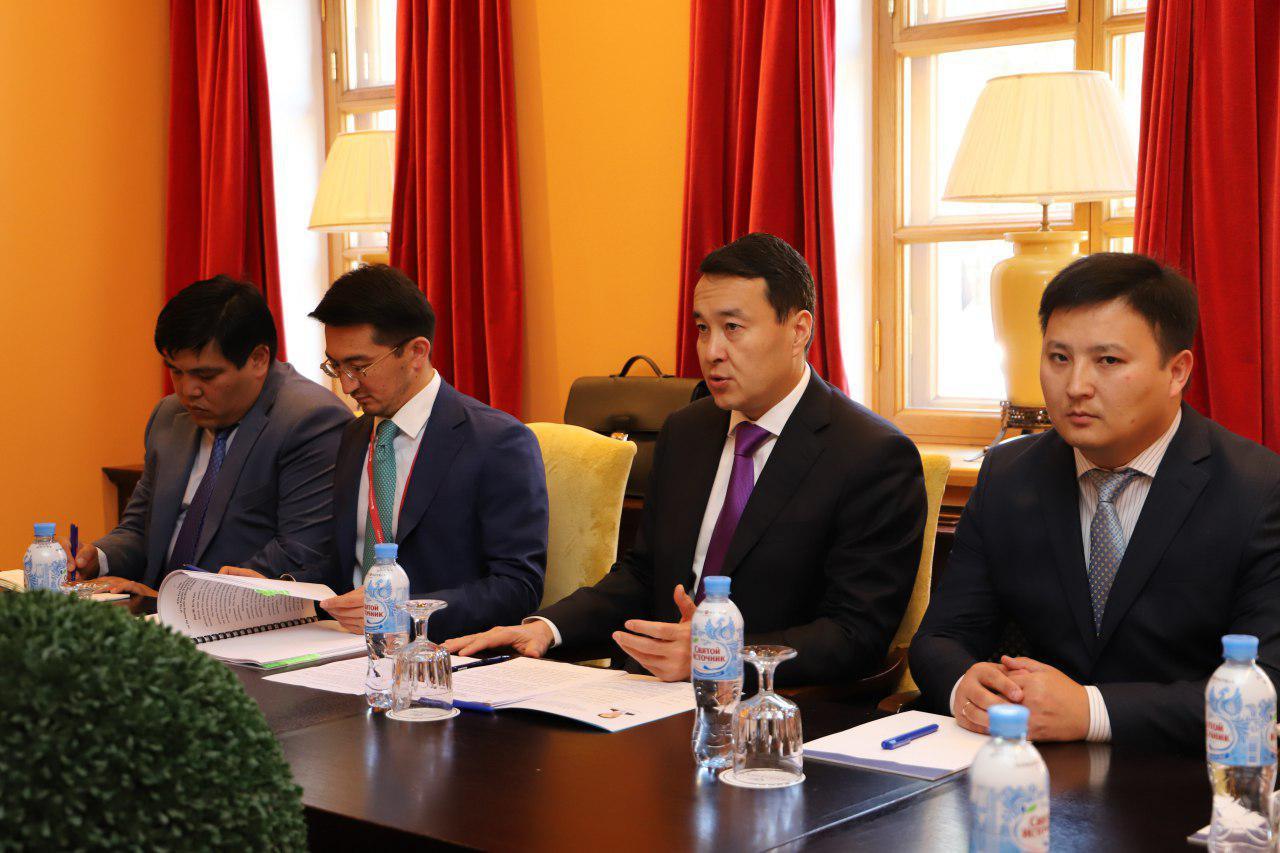 第一副总理斯玛伊洛夫会见新加坡贸工部国务大臣许宝琨