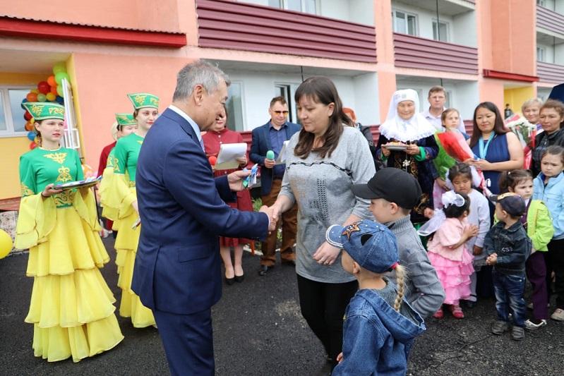 18 многодетных семей района Алтай ВКО отметили новоселье
