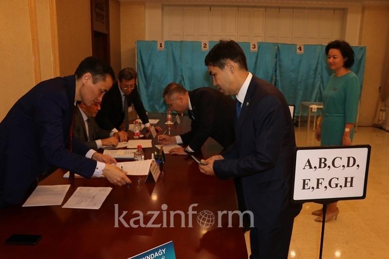 Начал работу избирательный участок в Пекине