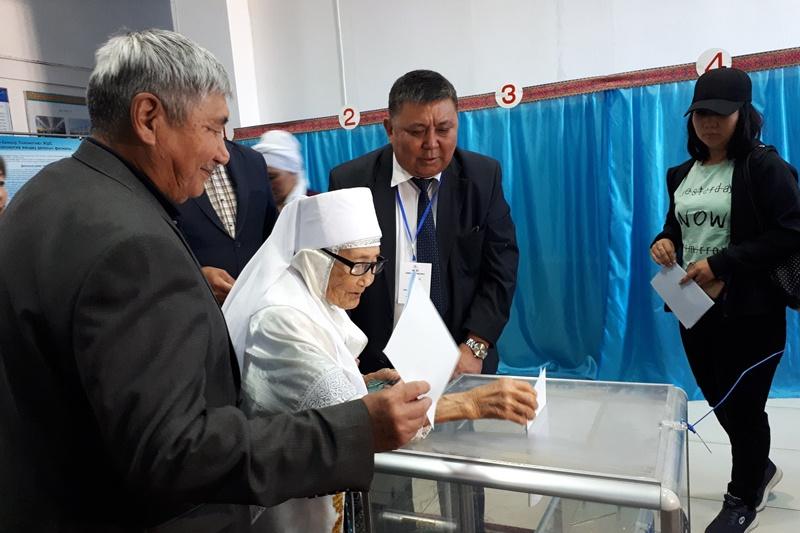 最年长的选民:104岁阿克托别老奶奶参加总统大选投票