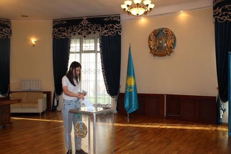 Как голосуют на выборах Президента Казахстана в Бишкеке