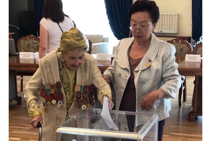 102-летняя народная артистка Казахстана проголосовала в Бишкеке