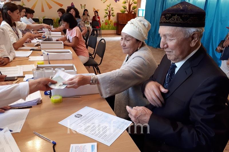迪玛希祖父母在阿克托别投票