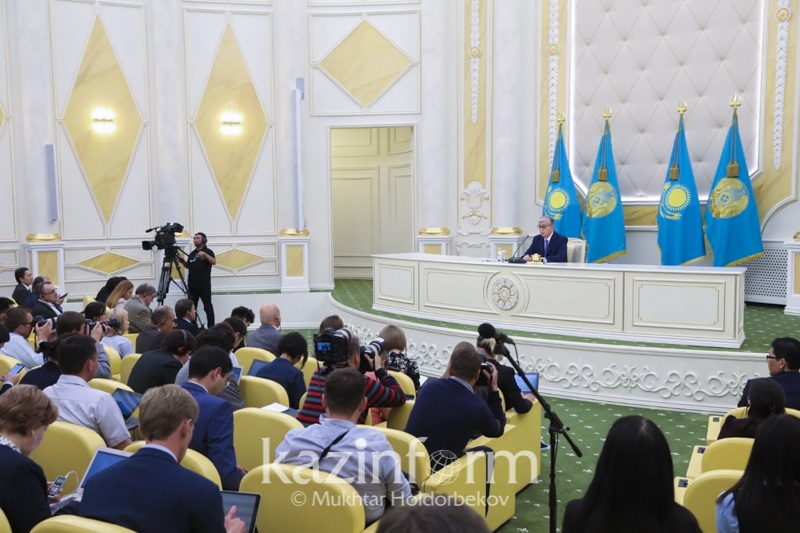Kassym-Jomart Tokayev meets with Kazakhstani, foreign journalists