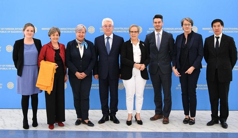 外长会见欧安组织民主人权办观察员团代表