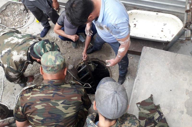 Три человека отравились метаном в колодце в Зайсане; один из них скончался