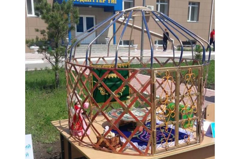 Студенттер металл қалдықтарынан жылқы мен киіз үйдің макетін жасады