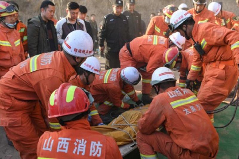 中国河源市区东江大桥凌晨突然坍塌,2车落水1人获救