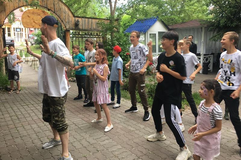 Волонтеры проекта «Jaqsylyq jasa» организовали большой праздник детям и ветеранам
