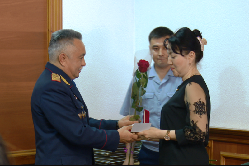 Акмолинские полицейские поздравили медработников в преддверии праздника