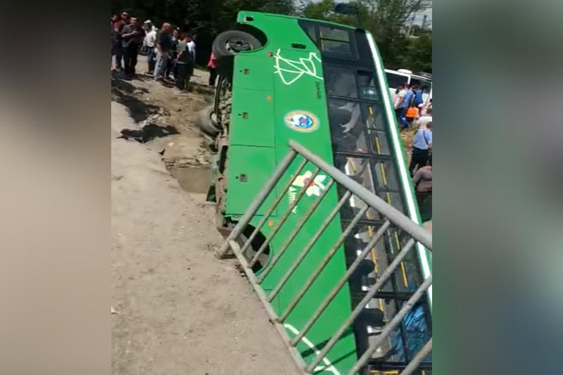 Almatyda avtobýs aýdarylyp qaldy