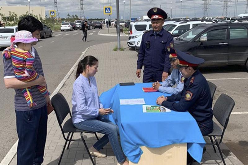 Акцию «Приемная на дороге» провели во дворах домов столичные полицейские