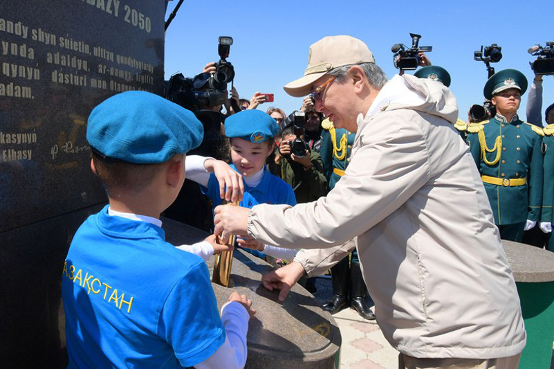 Капсулу времени заложила молодежь вместе с Президентом РК в Карагандинской области