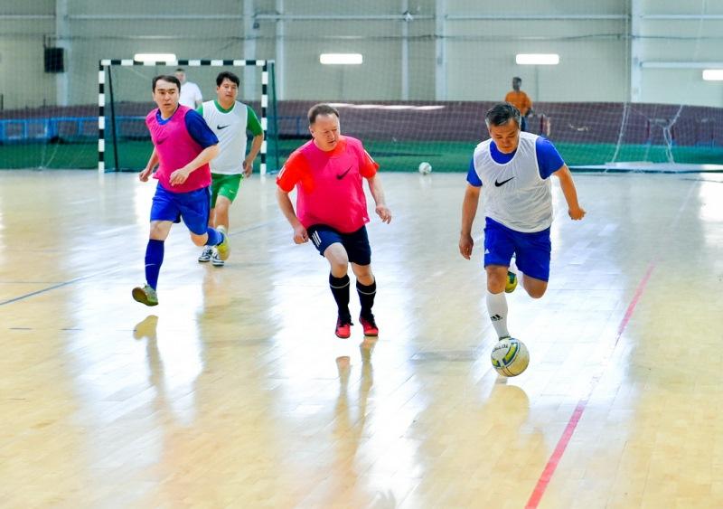 Аким СКО сыграл в футбол на спартакиаде госслужащих