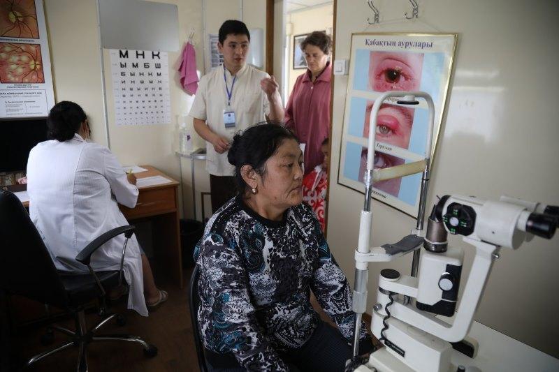 医疗专列为偏远地区居民提供医疗服务