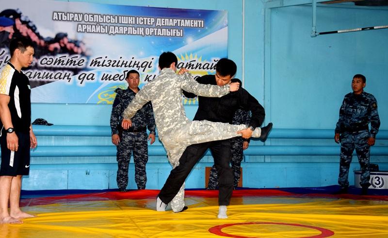Полицейских Атырау обучает двукратный чемпион мира