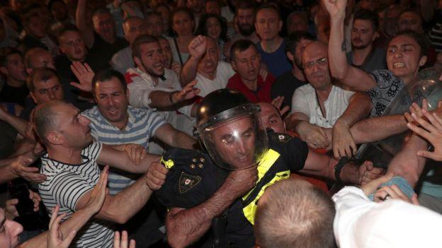 格鲁吉亚示威者反对俄议员获邀演说爆发警民冲突