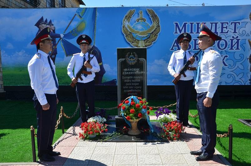 今天是哈萨克斯坦的国家公务员日和警员日