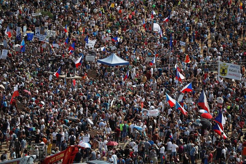 捷克25万人游行要求涉贪腐总理下台