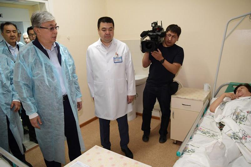 Касым-Жомарт Токаев посетил в больнице пострадавших от взрывов в Арыси (ВИДЕО)