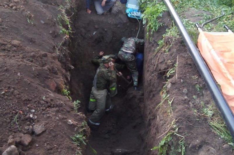 Мужчину завалило земляным грунтом в ВКО