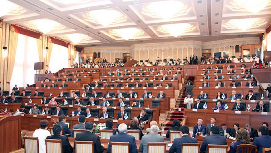 Қырғызстанда Атамбаевты дербес құқығынан айыру мәселесі Жогорку Кенеште талқыланады
