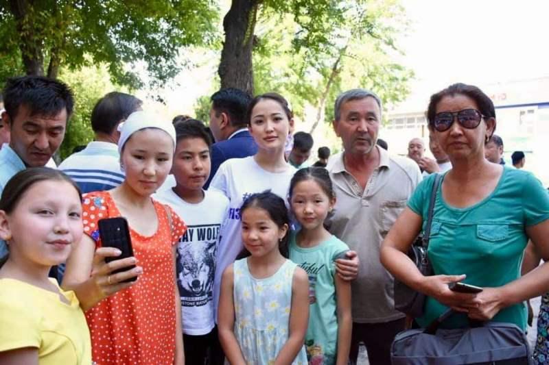 哈萨克斯坦演艺界明星慰问阿尔斯市民