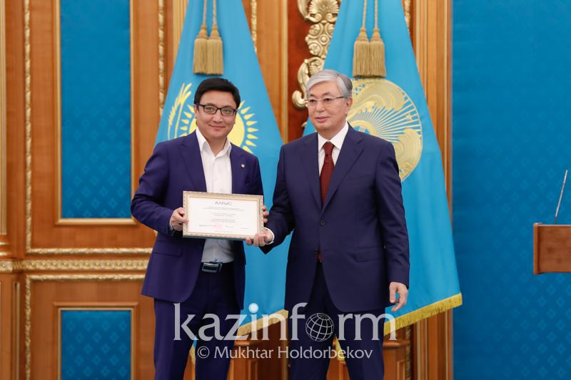 托卡耶夫总统向哈通社等媒体颁发奖状和奖金