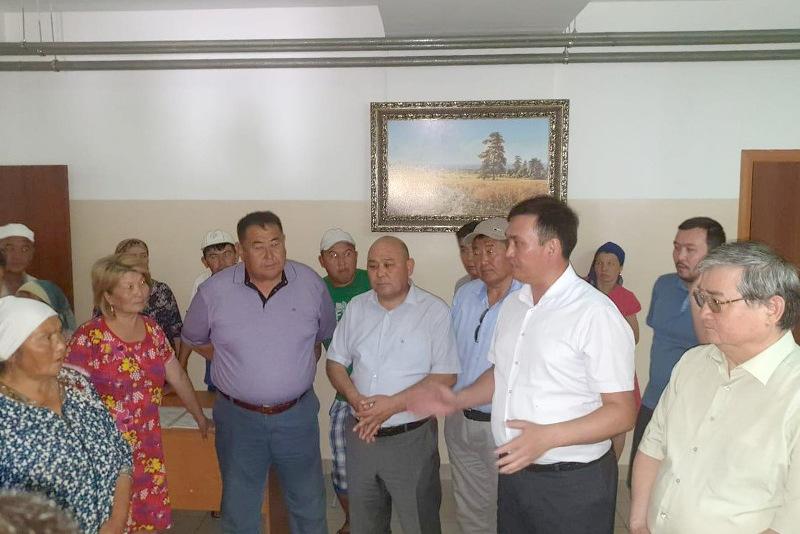 Депутаты Мажилиса встретились с жителями Арыси в эвакопунктах
