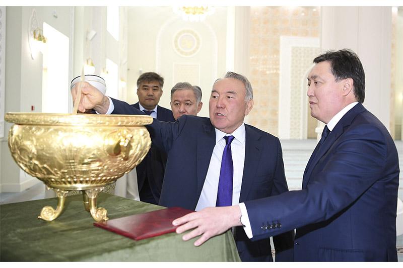 首任总统参观首都新建清真寺