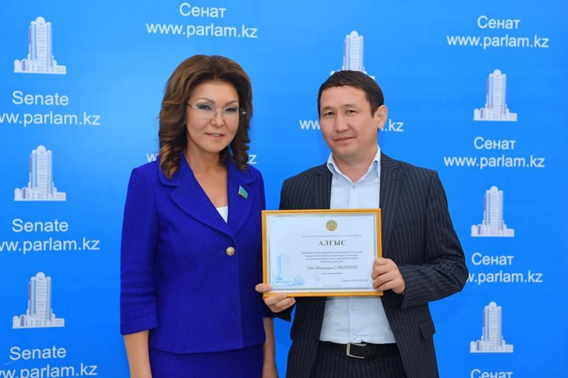 参议院议长达丽哈•纳扎尔巴耶娃向媒体工作者们表示祝贺