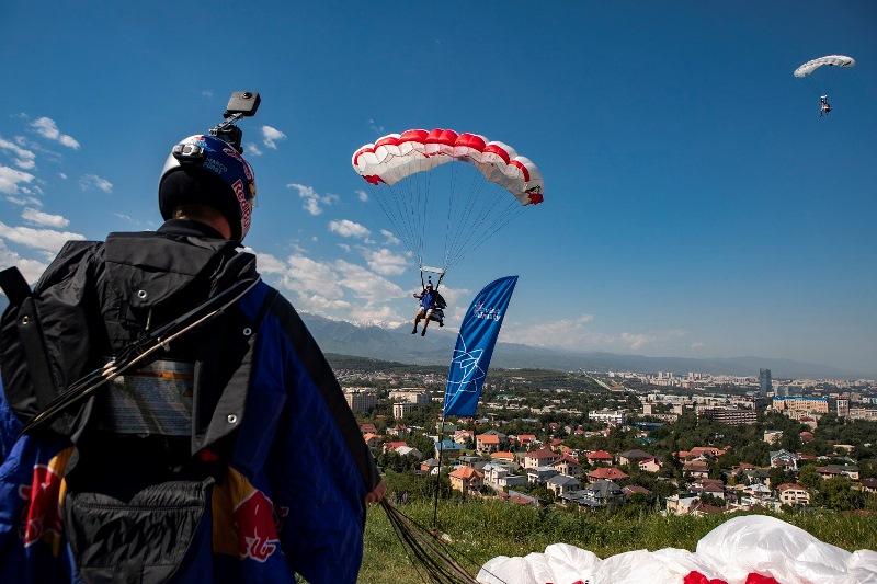 红牛极限跳伞队从阿拉木图4000米高空跳伞