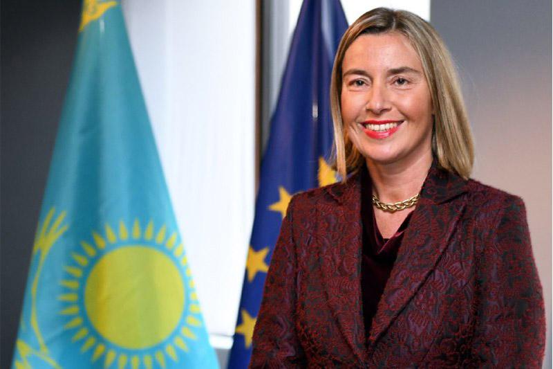 托卡耶夫向欧盟委员会副主席莫盖里尼授予