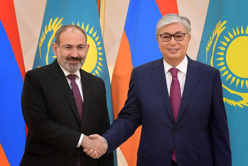 托卡耶夫总统与亚美尼亚总理通电话