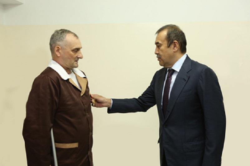 Карим Масимов вручил орден «Айбын» Сергею Смицких за подвиг в мирное время