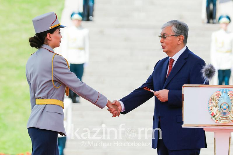 托卡耶夫总统向军事院校优秀毕业生授予军官军衔