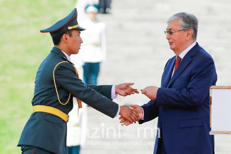 Мемлекет басшысы курсанттарға офицер шенін тапсырды