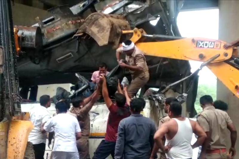 印度北部一大巴翻入河谷致30人死亡