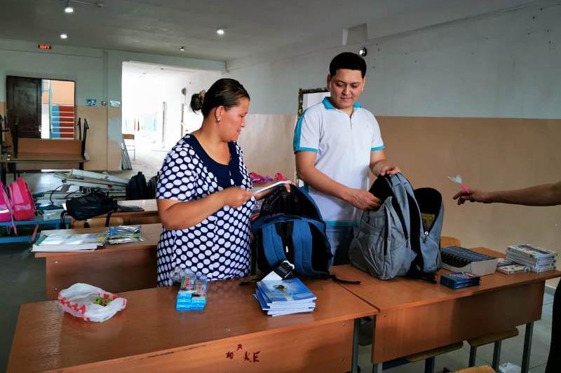 В Арыси 100 ученикам вручили школьные принадлежности
