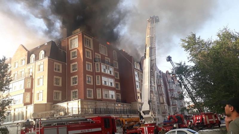 Людей эвакуируют из горящего дома в элитном жилом комплексе в Нур-Султане